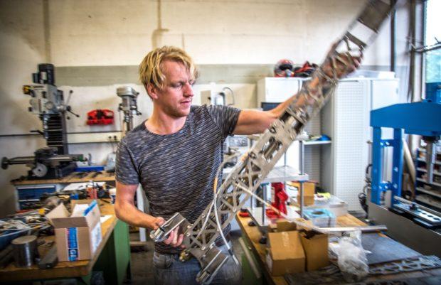 Peter-Bas met een van zijn machines